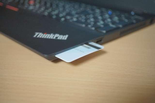 カードリーダー付きのノートパソコン